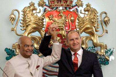 Bulgarian President Rumen Radev, right, welcomes Indian President Ram Nath Kovind at the Bulgarian Presidency in Sofia on Wednesday.