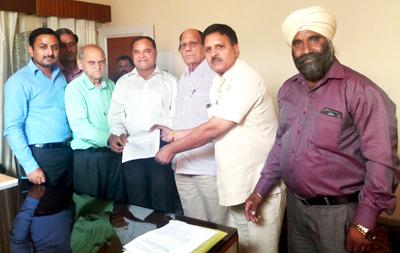 Delegation of Jat Kalyan Sabha submitting a memorandum to SCBC Chairman at Jammu on Sunday.