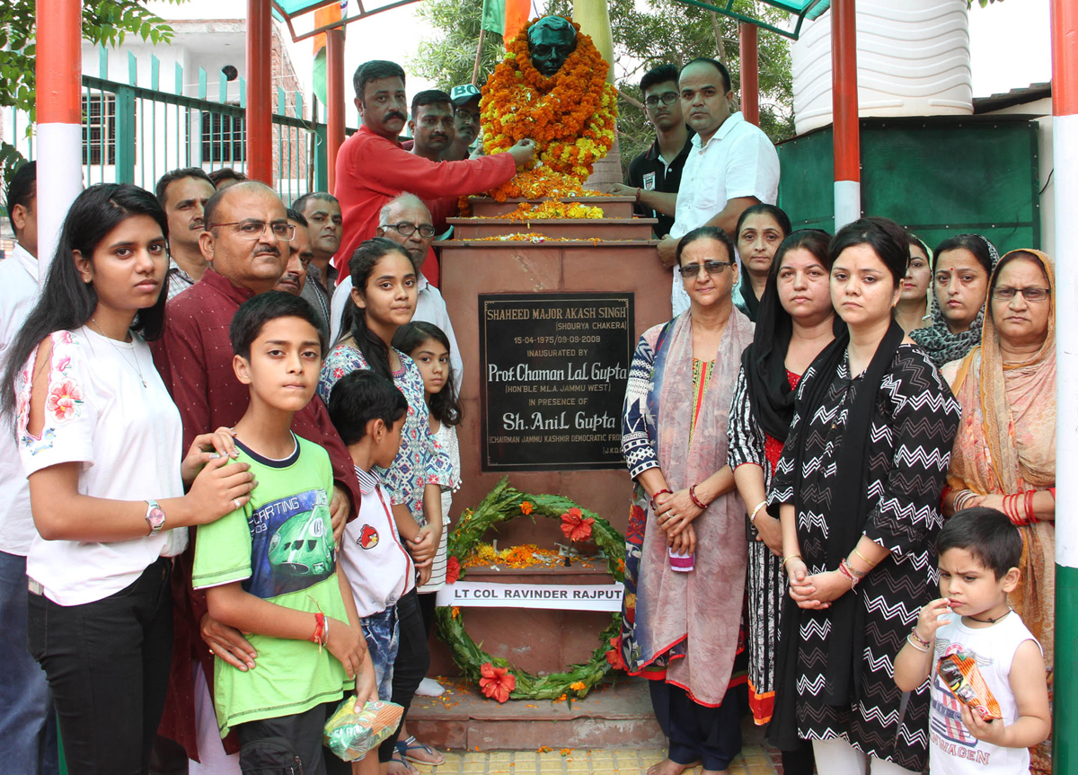 Chairman, Team Jammu, Zorawar Singh Jamwal along with others paying tributes to martyr Major Akash Singh on his martyrdom day.