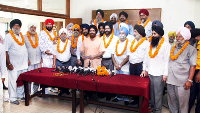 Members of adhoc body of Shiromani Akali Dal, J&K being felicitated after press conference by SS Wazir, Chairman SUF in Jammu.