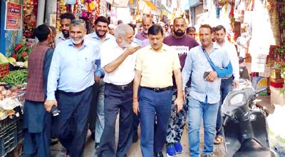 MLC Vibodh Gupta visiting Rajouri market for inspecting sanitary condition.