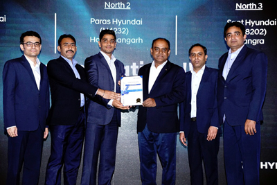 Aman Gupta, Vice President AM Hyundai Jammu receiving award from S Punnaivanam, Vice President Hyundai Motors India Ltd.