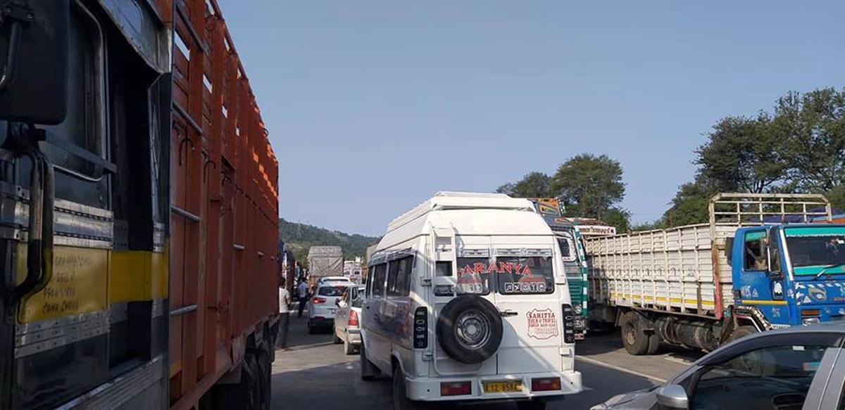 Huge traffic jam in Udhampur on Thursday. — Excelsior/K Kumar