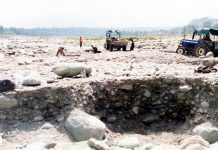 Vehicles indulging in illegal mining in Shopian. —Excelsior/Younis Khaliq