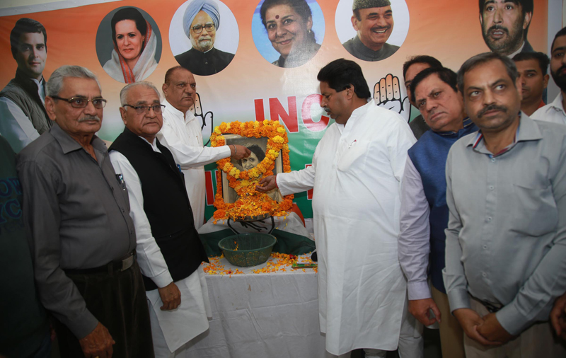 Senior Cong leaders Mula Ram, Raman Bhalla and others paying tributes to Indira Gandhi in Jammu on Wednesday. — Excelsior/Rakesh