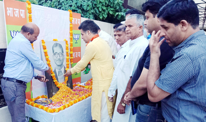 BJP and RSS leaders paying tributes to RSS Pracharak Bhagwat Swaroop at Party Headquarters Trikuta Nagar on Wednesday.