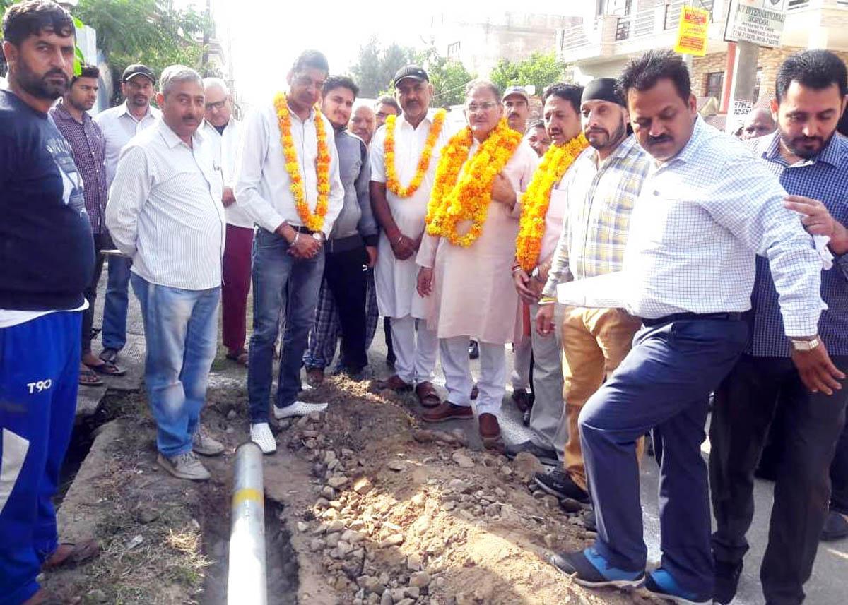 Former Deputy CM, Kavinder Gupta inaugurates laying of pipes in a Gandhi Nagar locality on Monday.