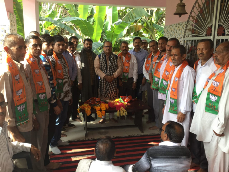 Speaker, Legislative Assembly, Dr Nirmal Singh posing with BJP workers during a public meeting at Billawar.