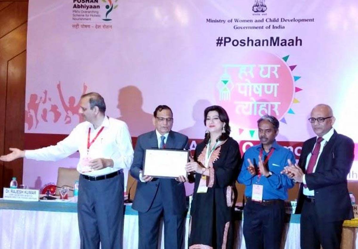 A representative of J&K receiving award at New Delhi.