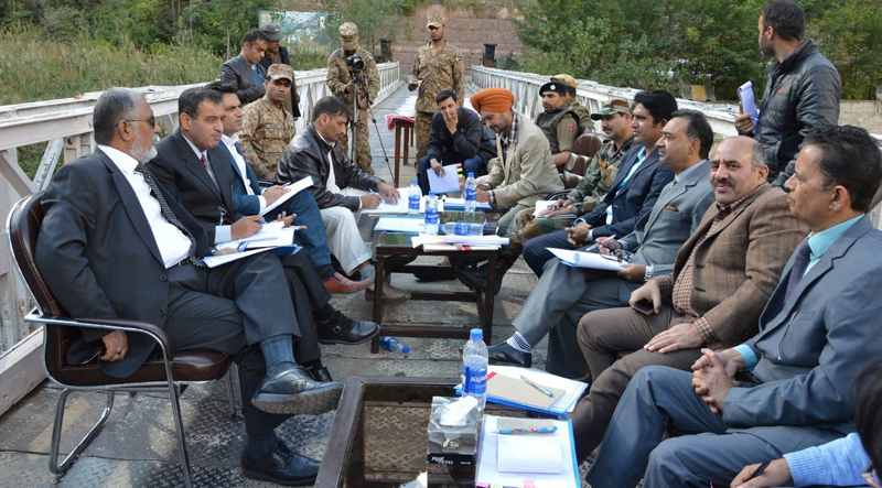 DC Baramulla Dr Nasir Ahmad Naqash and other trade authorities at a meeting at Kaman Post on Tuesday. —Excelsior/Aabid Nabi