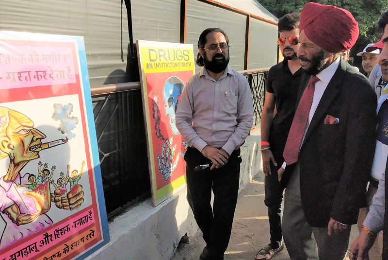 Legendary Milkha Singh after inaugurating anti-drugs paintings and posters exhibition at Jammu.