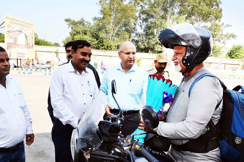 RTO Kathua and his team receiving biker who covered 27000 kms on his two wheeler before reaching Kathua on Friday. -Excelsior/ Pardeep