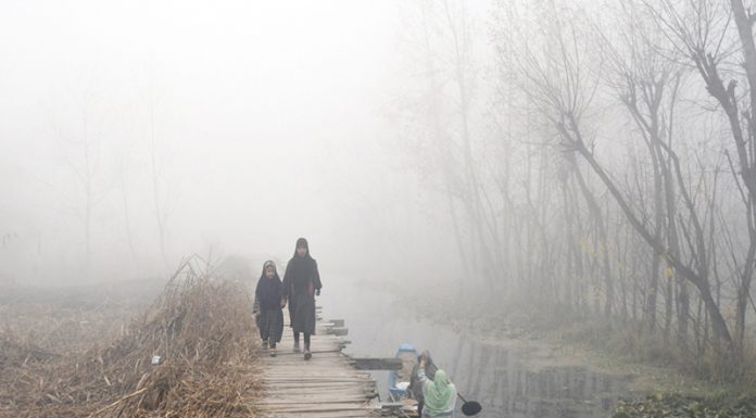A thick layer of dense fog in Srinagar on Sunday morning. —Excelsior/Shakeel
