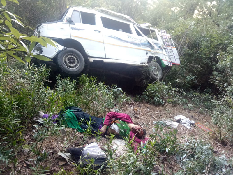 Tempo Traveller lying in gorge after accident near Thannamandi in Rajouri on Monday. Dead body of woman also lying nearby. —Excelsior/Bhat