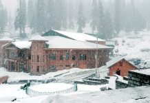 Heavy snowfall in Gulmarg on Wednesday. —Excelsior/Aabid Nabi