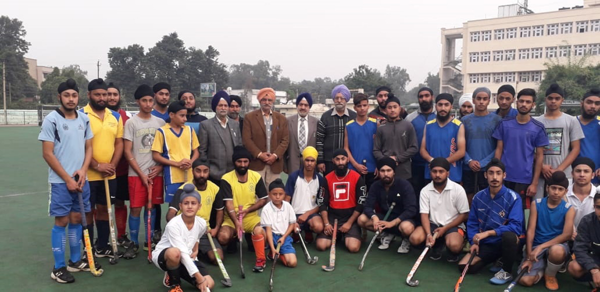 Hockey players and dignitaries posing for group photograph.