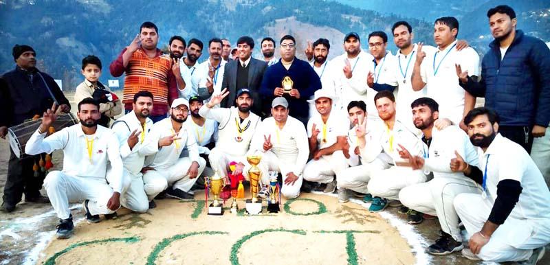 Winner team and dignitaries posing for group photograph at Bhadarwah on Saturday. (Excelsior/Tilak Raj)
