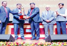 Union Minister R K Singh giving away Best Rated Power Station Award to Salal.