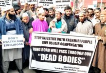 Budgam farmers protesting against inadequate compensation in Srinagar on Monday. -Excelsior/Shakeel