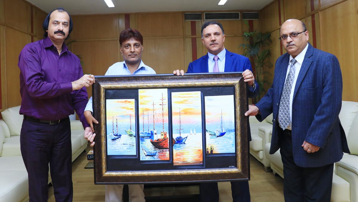 Foot artist, Uttam Kumar Bharadwaj presenting a painting to J&K Bank Chairman, Parvez Ahmed.