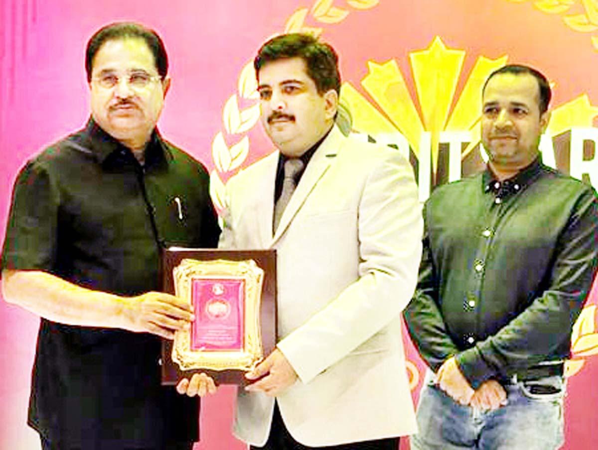 Punjab Cabinet Minister, OP Soni presenting award to Dr Mohit Arora at Amritsar.