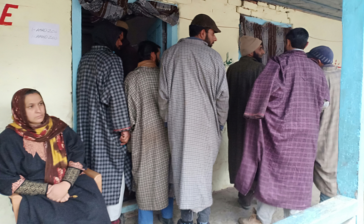 Voters outside a polling booth in Pahalgam on Tuesday. -Excelsior/Sajad Dar