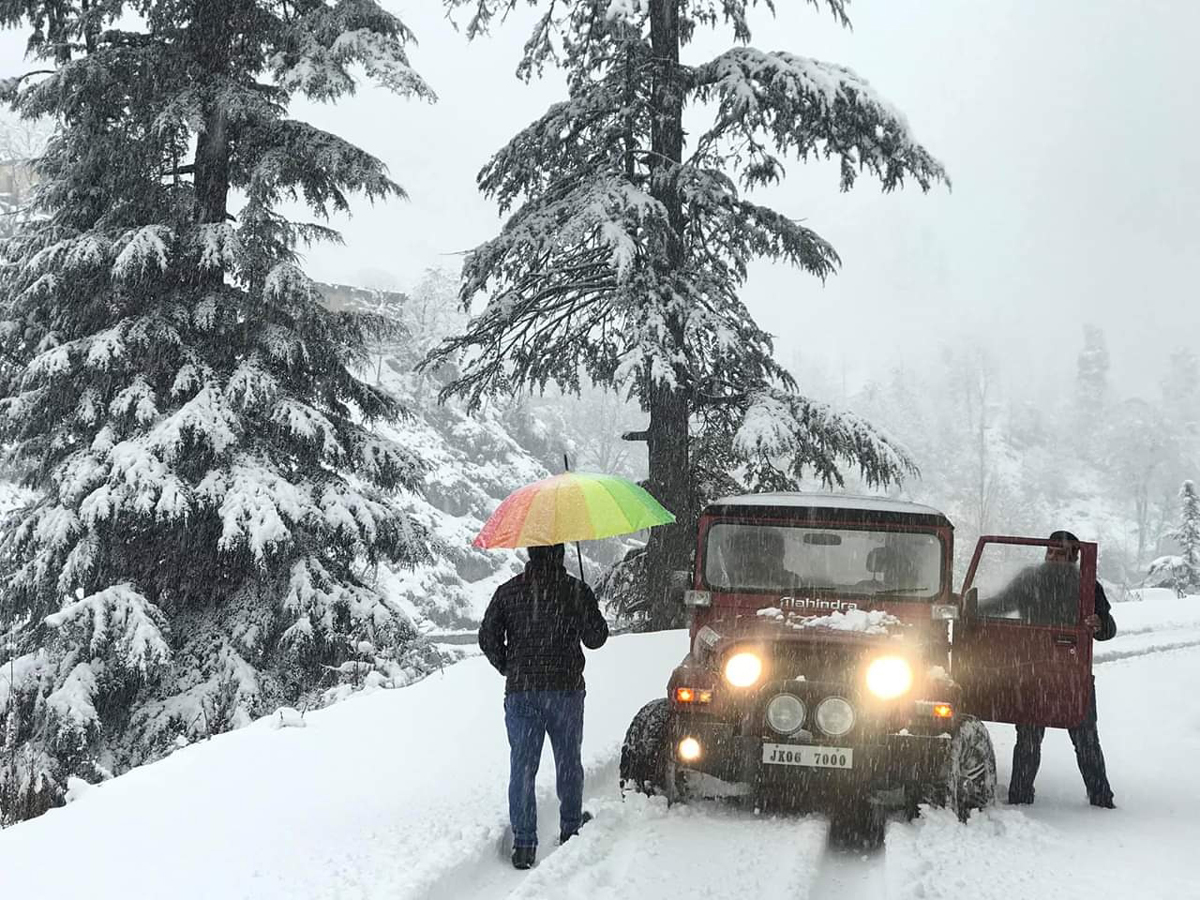 A jeep trapped in snow at Bhaderwah on Wednesday evening. —Excelsior/Tilak Raj