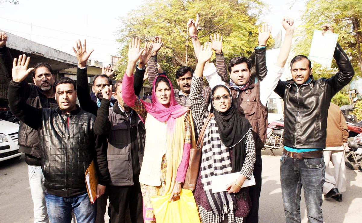 Contingent paid employees of Education Department staging a protest near Press Club, Jammu on Tuesday. -Excelsior/Rakesh