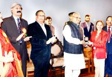 Governor Satya Pal Malik presenting memento to a meritorious student of SMVDCoN.