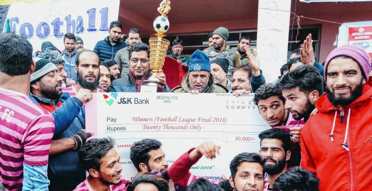 DC Bandipora Dr Shahid Iqbal Choudhary presenting a cheque of Rs 20,000 to the winner team on Monday.