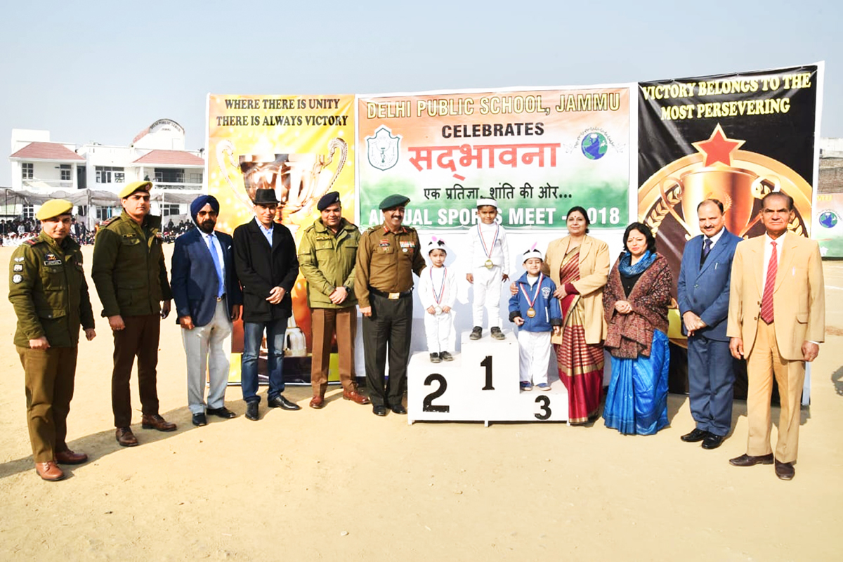 Dignitaries felicitating winners during Annual Sports Meet 2018.