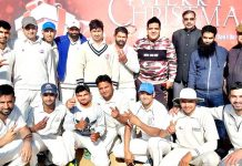 Winning team players alongwith chief guest posing for group photograph.