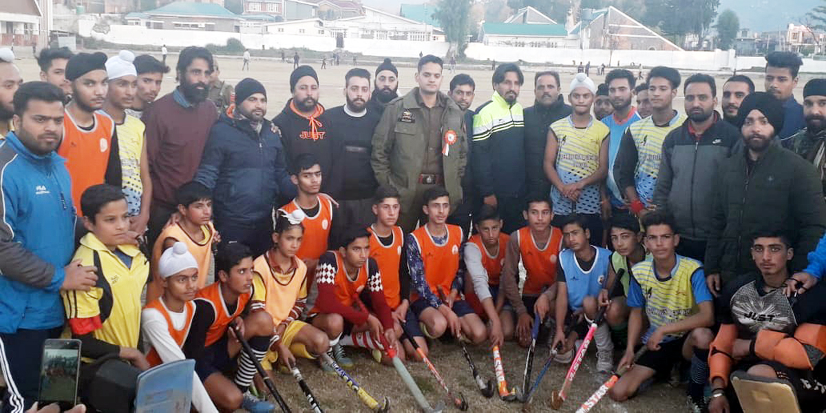 Participating hockey players and dignitaries posing for group photograph.