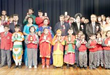 Children and dignitaries posing for group photograph.