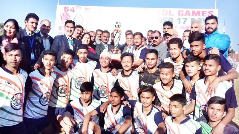 Dignitaries presenting title trophy to winner team.