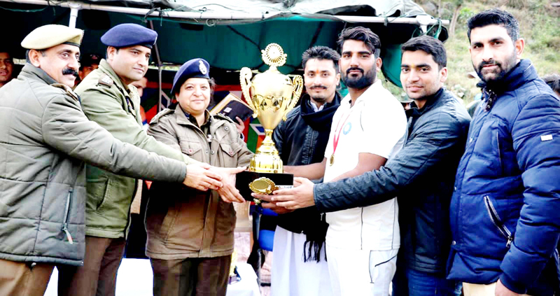 SSP Ramban alongwith dignitaries presenting trophy to captain of winner team.