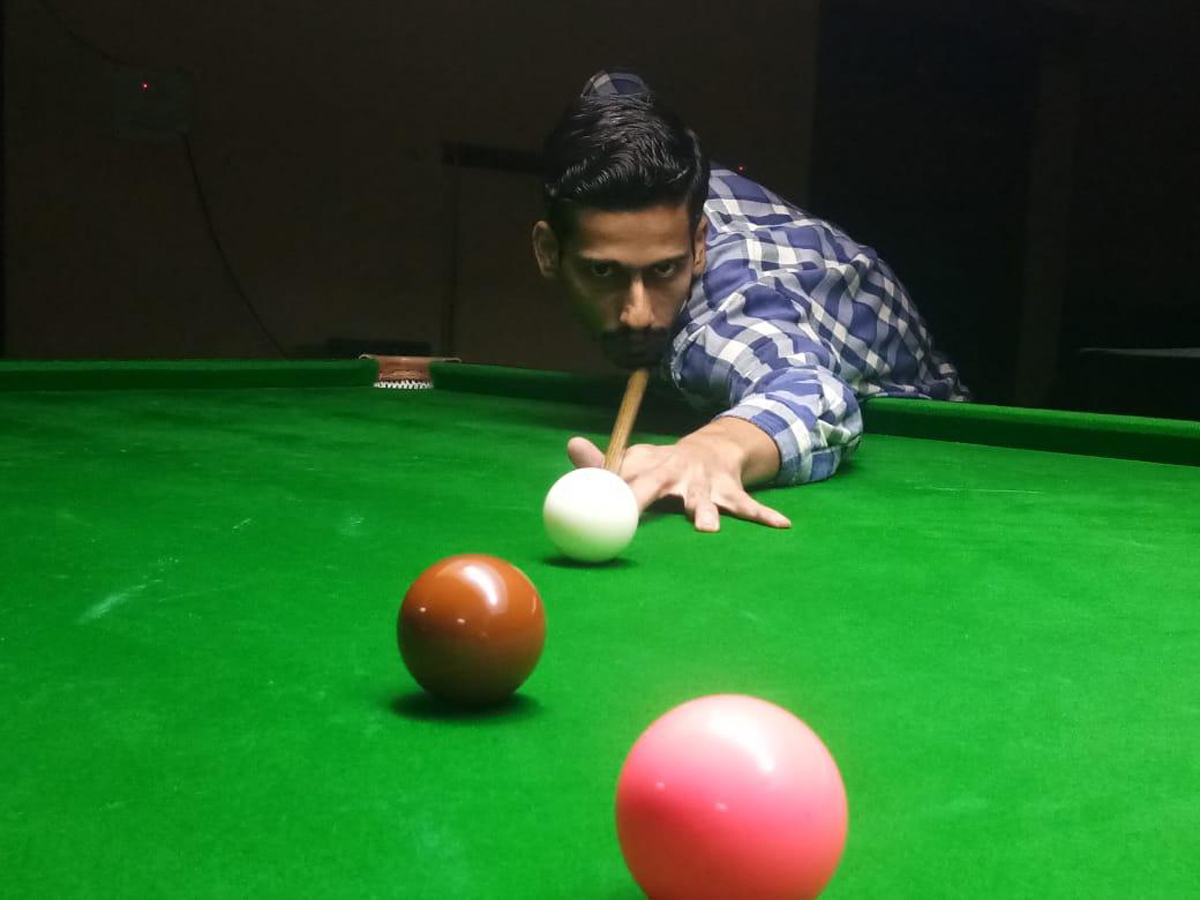 Abhishek Pathania aiming at target during match at Billiards Hall, MA Stadium Jammu on Sunday. —Excelsior/Rakesh