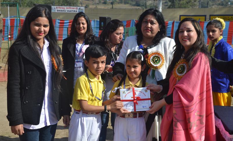 Principal, APS Dhar Road, Jyoti Bedyal, presenting certificates to students.