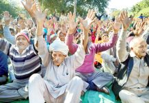 West Pakistani refugees protesting at Kathua on Saturday. -Excelsior/Pardeep