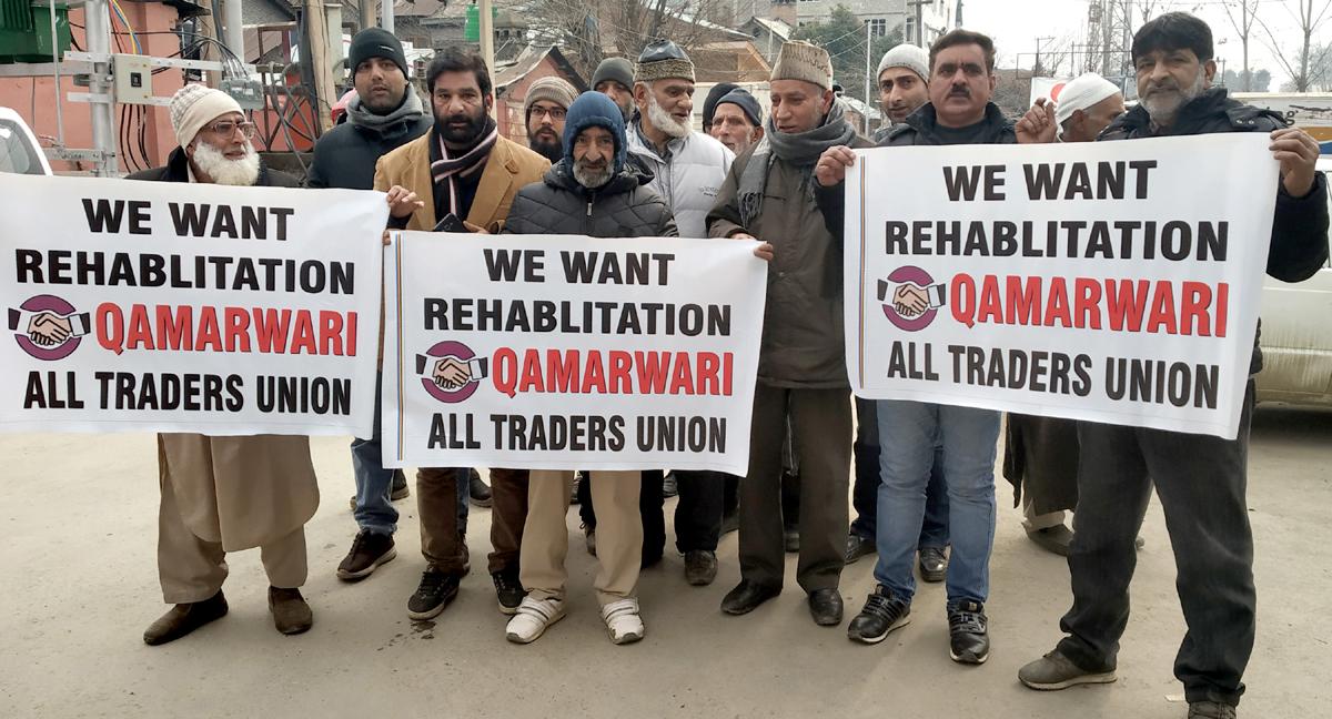 Qamarwari traders protesting at Press Enclave Srinagar. — Excelsior/Shakeel