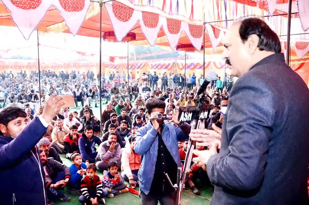 Former Minister and senior NC leader, Surjeet Singh Slathia addressing a public meeting in Ramgarh area of Vijaypur Constituency.