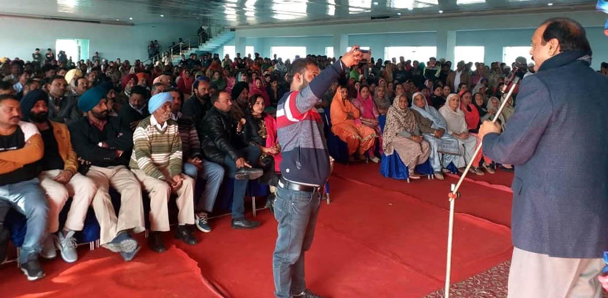 Former minister and senior NC leader SS Slathia addressing public meeting in Vijaypur.