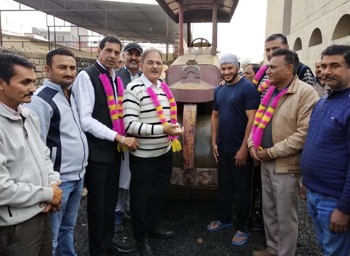 Former Deputy Chief Minister Kavinder Gupta interacting with people at Shanti Nagar, Kunjwani on Tuesday.