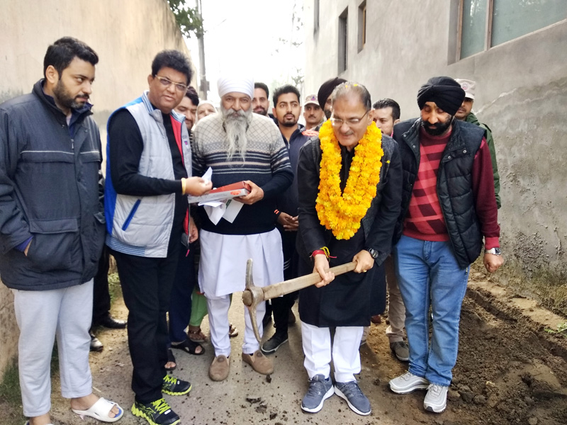 Former Deputy CM, Kavinder Gupta, kick starting a developmental work in Jeevan Nagar area of Gandhi Nagar Constituency.