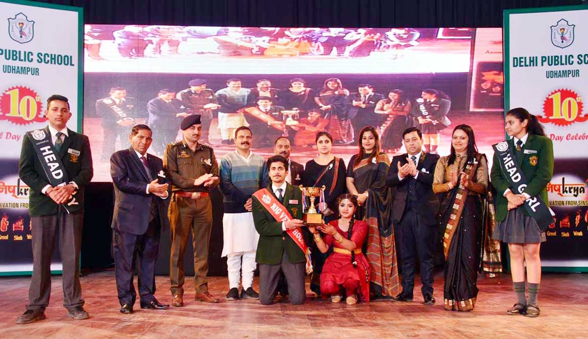 Dignitaries and awarded students posing for group photograph.