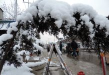 A view of fresh spell of snowfall in Srinagar on Saturday. (UNI)