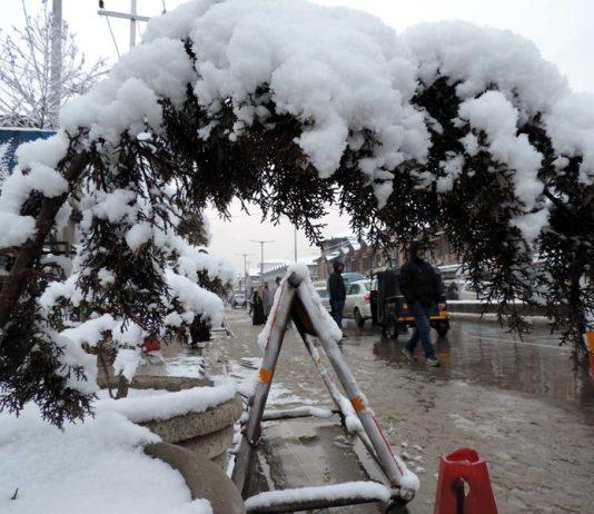 A view of fresh spell of snowfall in Srinagar on Saturday. (UNI)