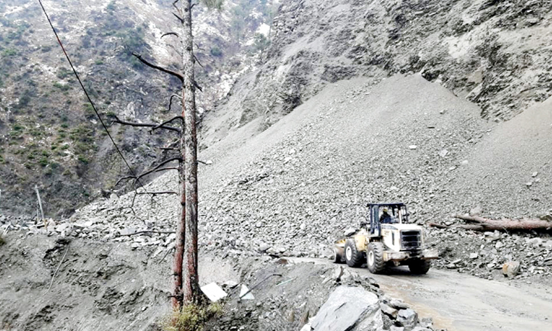 Fresh landslides block Jammu-Srinagar highway near Ramban on Thursday. -Excelsior/Parvez