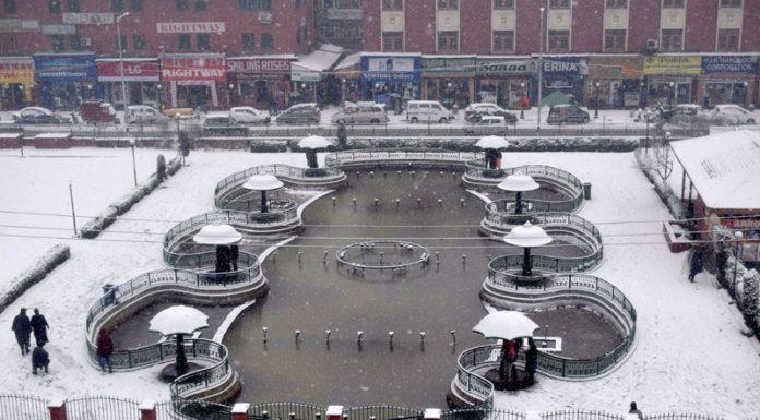 Srinagar turns white after fresh snowfall on Wednesday. —Excelsior/Shakeel