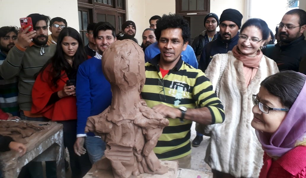 Lankan Sculptor, Dr. Manoranjana Herath giving live portrait demonstration at IMFA, Jammu on Thursday.